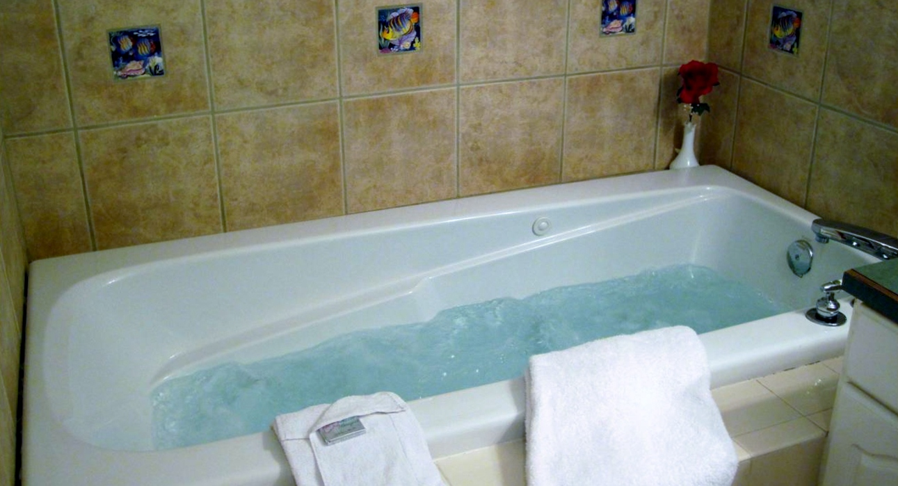 jacuzzi-tub-with-bubbles-for-web - Ocean View Lodging Lincoln City ...